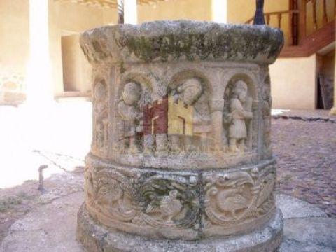 Detalles del antiguo brocal del pozo