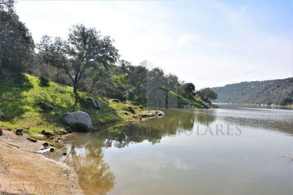 Orilla del río Tajo navegable