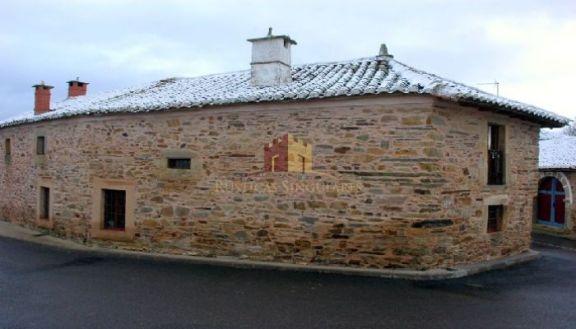 Casa maragata con patio del siglo XIX